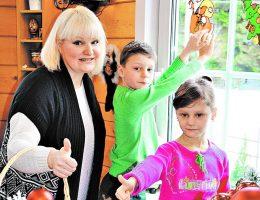 «Чужих детей не бывает»: российские знаменитости, которые воспитали приемных детей